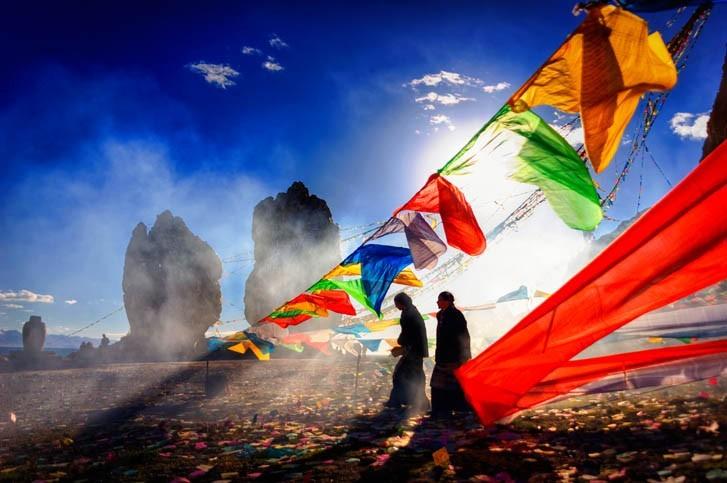 Assister à la levée des drapeaux des prières bhouddistes